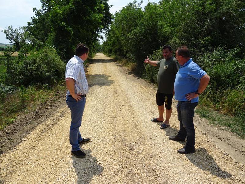 Уређено десетак километара атарских и локалних путева у МЗ Раброво