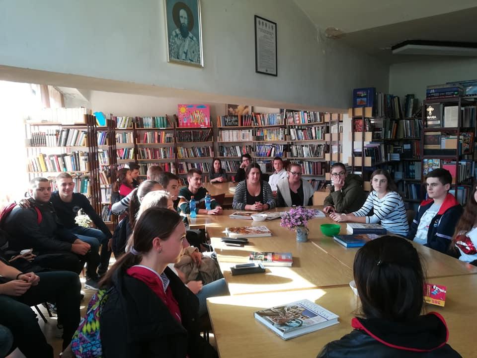 Матуранти у библиотеци