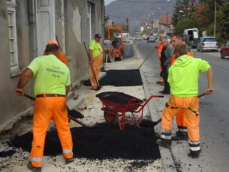 Асфалтира се тротоар на југозападном делу улице Жике Поповића