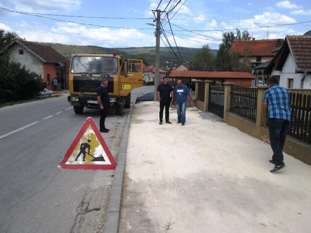Почело постављање нове асфалтне траке на тротоару у ул Браће Ивковића