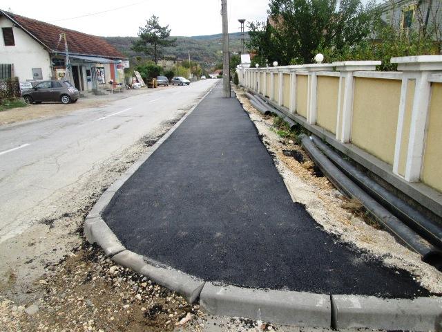 Завршен тротоар у улици Браће Ивковића