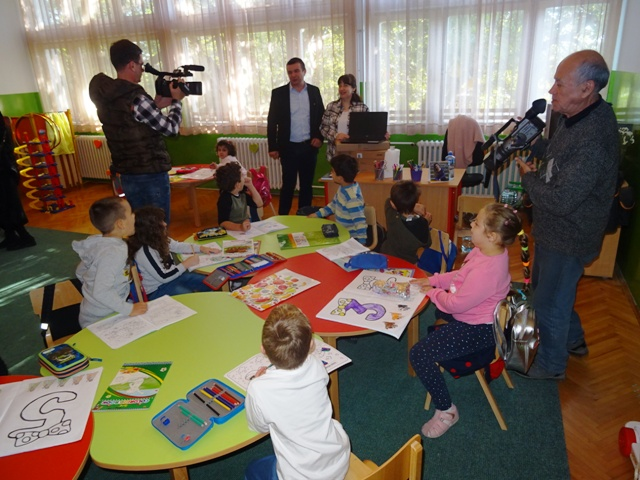 Стојановић уручио намештај, дидатичка средства и лаптопове свим припремно предшколским групама на територији наше општине