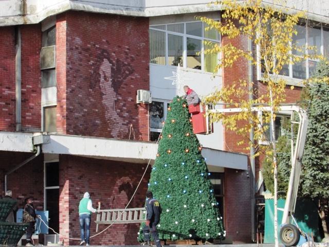 Почело украшавање града за предстојеће новогодишње и божићне празнике