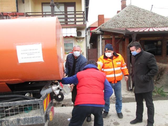 Стојановић у Раброву обишао више прехрамбених радњи и пртисуствовао подели дезинфикационих средстава становништву