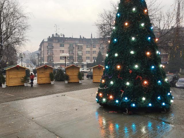 Вечерас, 31. децембра, од 17:00 часова сликање и дружење са Деда Мразом на Тргу Божићне радости