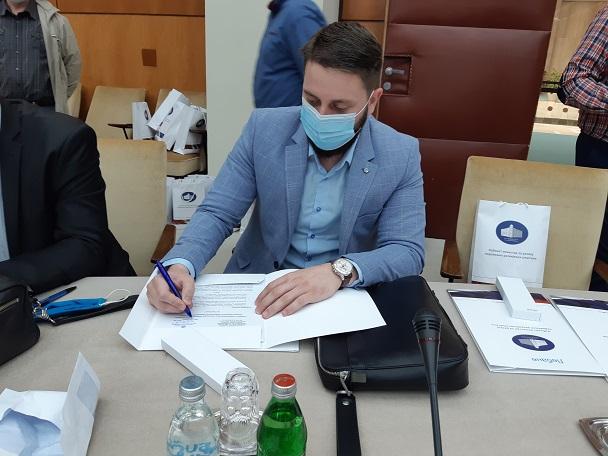 Read more about the article Др Рајичић потписао са министром Кркобабићем Уговор о донацији вредан преко 420 хиљада динара