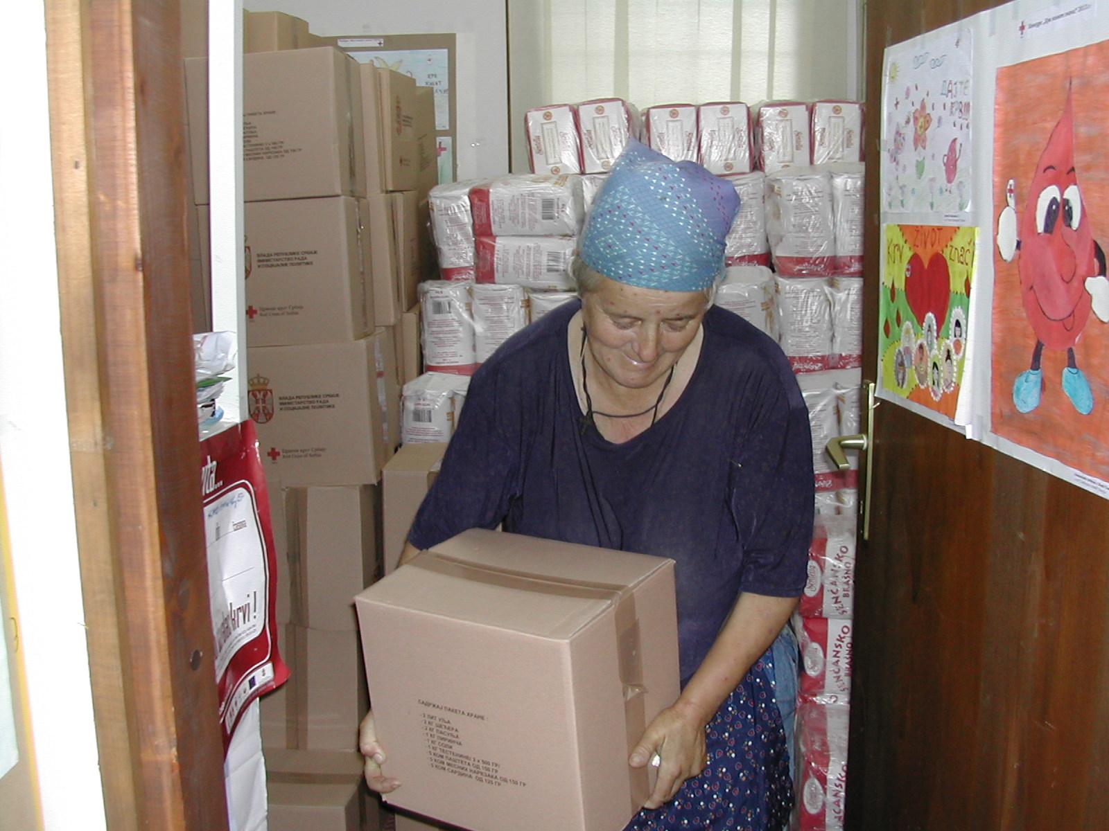 Пакети хране и хигијене за 141-дну  социјално најугроженију породицу